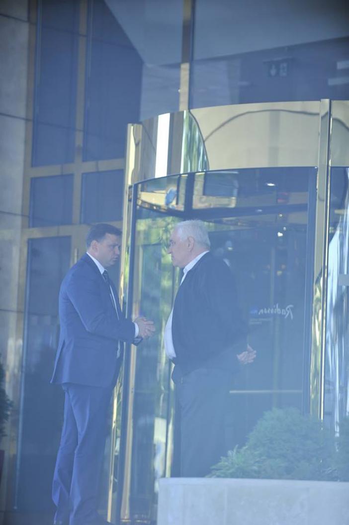 Andrei Năstase şi Valerii Klimenko, în faţa hotelului Leogrand